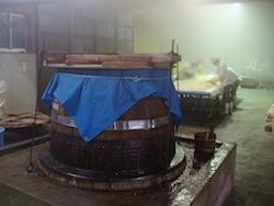 神聖とすら思う、味噌を仕込んでいる最中の団四郎の味噌蔵