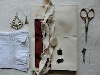 こちらは帆布生成り。お気に入りだったこども時代のブラウス 片方になってしまったプレゼントされたピアス 思い出のリボンの端切れ。福島さんのチョイス
