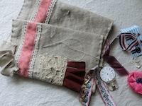 こちらは、コットンリネンデニム。カバーに縫い付けたいあたなたの大切なマテリアルを、持ってきてください。どんなものでも結構ですよ