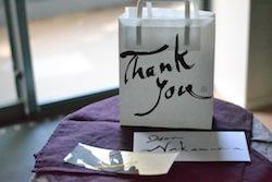例えば、メッセージカードとギフトバッグに書きしたためてみたり