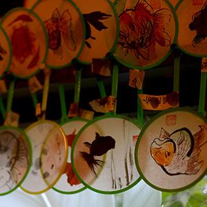 金魚の樹脂作品で知られる深堀隆介さんによる、手描きのポイ(金魚をすくう道具)も販売。