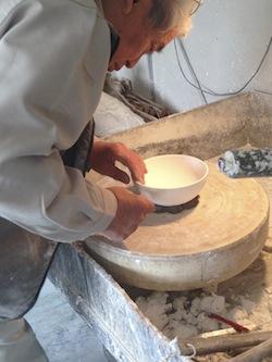 私がお邪魔したときも、職人さんが丹念に石膏を削っていました。