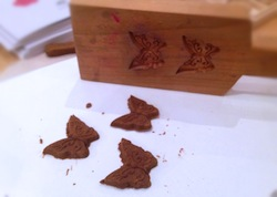 木型も体験してもらいますが、クッキーの様な抜き型が中心になります。このページの最初の写真の様に、色は付けられます。(型は違います)