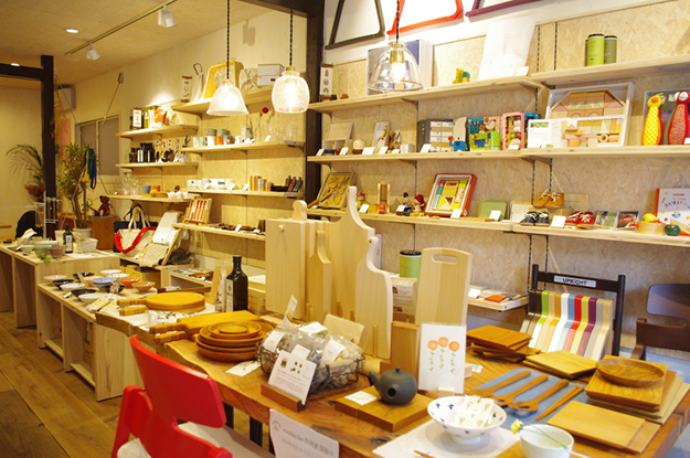 「ダイタデシカ、」店内。食器やバッグなどの日用品からベビーグッズまで、作り手のぬくもりが感じられるものがたくさんあり、大切な人への贈り物を選びたくなります