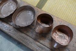 一枚の銅の板を叩いて起こしながら、徐々にやかんの形になっていますよね。衝撃です。