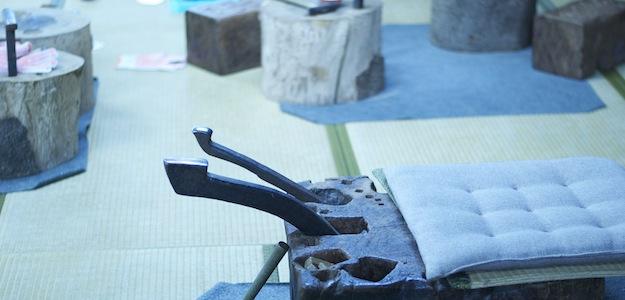 丸太を切り出して、溝に道具を差し込んで固定する。道具を作るための道具にこそ、創造性を感じずにはいられません。