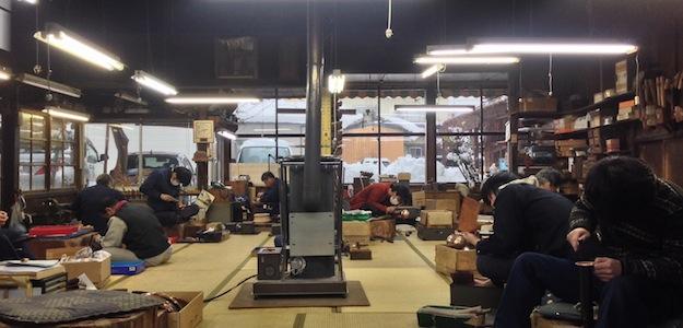黙々と、いやカンカンと音が響き続ける職人の作業場。どうか心して座って下さい。そしてその空気を存分に味わって下さい。