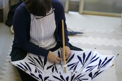 パラソラの伊藤さんは傘張りの職人さんでもあります。皆さんが染めた生地を、伊藤さんが日傘に仕立てます。