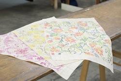 江戸染め物の二葉苑さんのワークショップは、今回は自由に好きな色を挿せる紅型染めをチョイス。これを三角に切って傘の生地にします。8枚中2枚を染めて、6枚は無地(生成)となります。