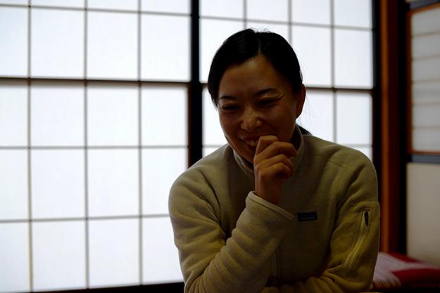 藤井康代さん 1980年に新潟の小さな味噌屋、団四郎の娘として生まれる。中学時代から春休み返上で味噌仕込みに携わる。高校卒業とともに、新潟を飛び出し京都へ。京都精華大学卒業後、地元新潟の印刷会社に2年半勤務。この頃から、家業の味噌屋に魅力を感じはじめ、一念発起し東京農業大学短期醸造学科へ入学。現在、糀屋団四郎の4代目として修行中。