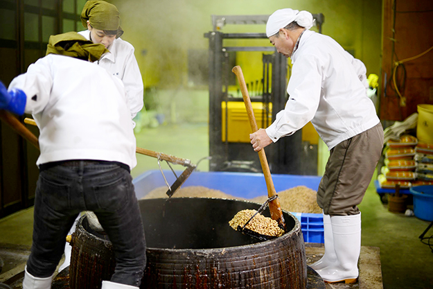 煮た大豆を取り出す「豆上げ」。和釜で煮た大豆は甘くて美味しい!