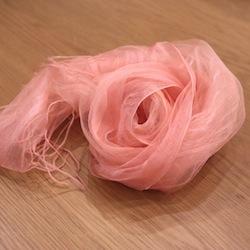 桜の花びらではなく、枝や皮の中に眠ってるピンクを何日もかけて煮出した染料を使います。幹の中に眠っているピンク、ってぐっと来ますよね!