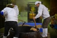 大豆をふっくら美味しく煮上げることが大事。甘さ旨さもこの和釜ならでは。
