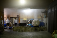 辺りも真っ暗な早朝5時。団四郎味噌の仕込みが始まりました。