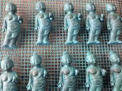 こういった銅などの金属の鋳物に色を付けるのが折井さんのお仕事。しかし、これカワイイ