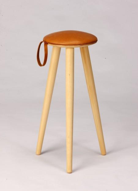 片手で持ち運びできるdorayaki-stool。http://stylestore.jp/item/AF180-00-0000-B453/
