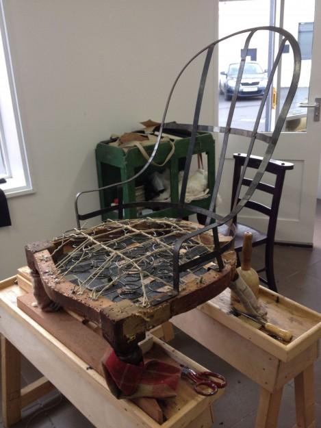背もたれが鉄でできているアイアンバックの椅子。フレームにスプリングをとりつけているところです。