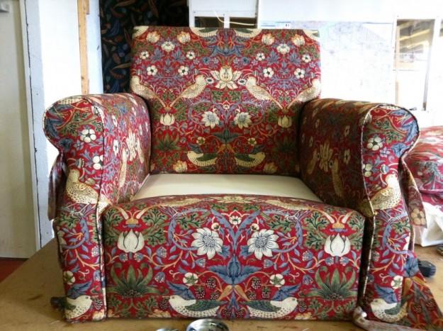 日本でも人気のある、モリスの「イチゴ泥棒」で張られている途中の椅子。