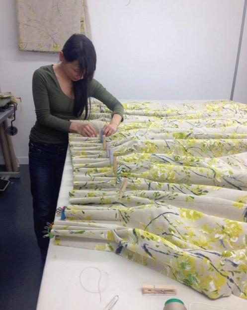 工房で作業中の遠藤さん。椅子だけでなく、カーテンやクッションなどのインテリア布用品も手がけます。