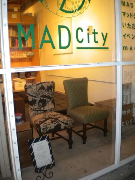 日本で販売していた、2種類の布を使ったお揃いの椅子。