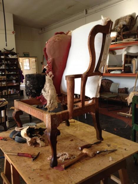 剥がしてフレームだけにしている工程。椅子のことはこのフレームに聞けば全て分かる、と遠藤さんは言います。