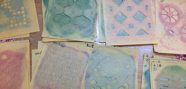 染め型には、図案を起こす「図案師」と型を掘る「彫り師」が関わっています。