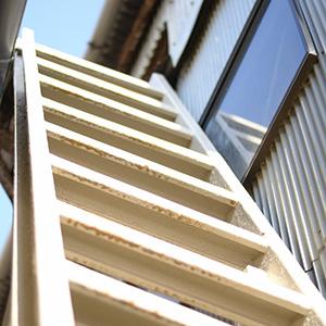 この階段をのぼって、天井から干すんです。
