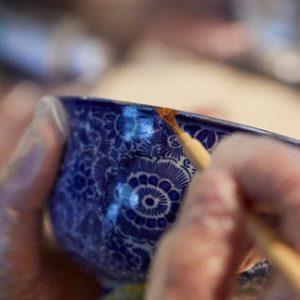 テレピンを混ぜた漆を塗っていきます。