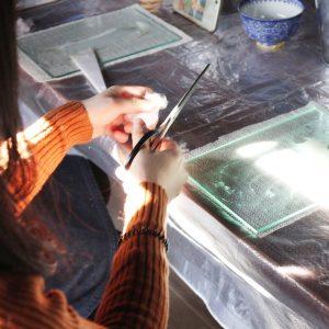 ハサミを使いながら刻苧綿を細かくしていきます。