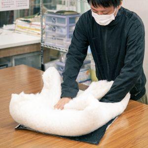 両手サイズの大量の綿を四つ折りに。量が多い…!