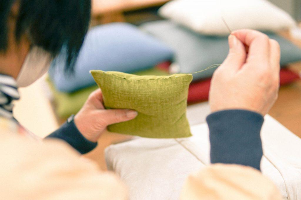 黙々とかくし縫いを縫い進めます