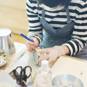 はみ出た糊漆を彫刻刀で削っていきます。