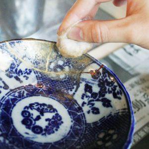 真綿に金の粉を付けてパタパタと優しく蒔いていきます。