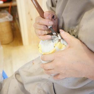 はみ出している錆漆を削り中。慎重に、慎重に!