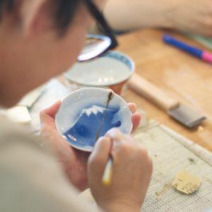 はみ出している錆漆を彫刻刀で削っていきます