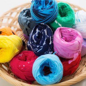 そして横糸として、裂いた布を使います