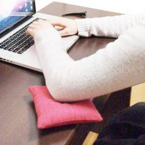 こちらが肘用ミニおざぶ。これについては、縫いや房付けまで全て自分でやってお持ち帰り頂けます。