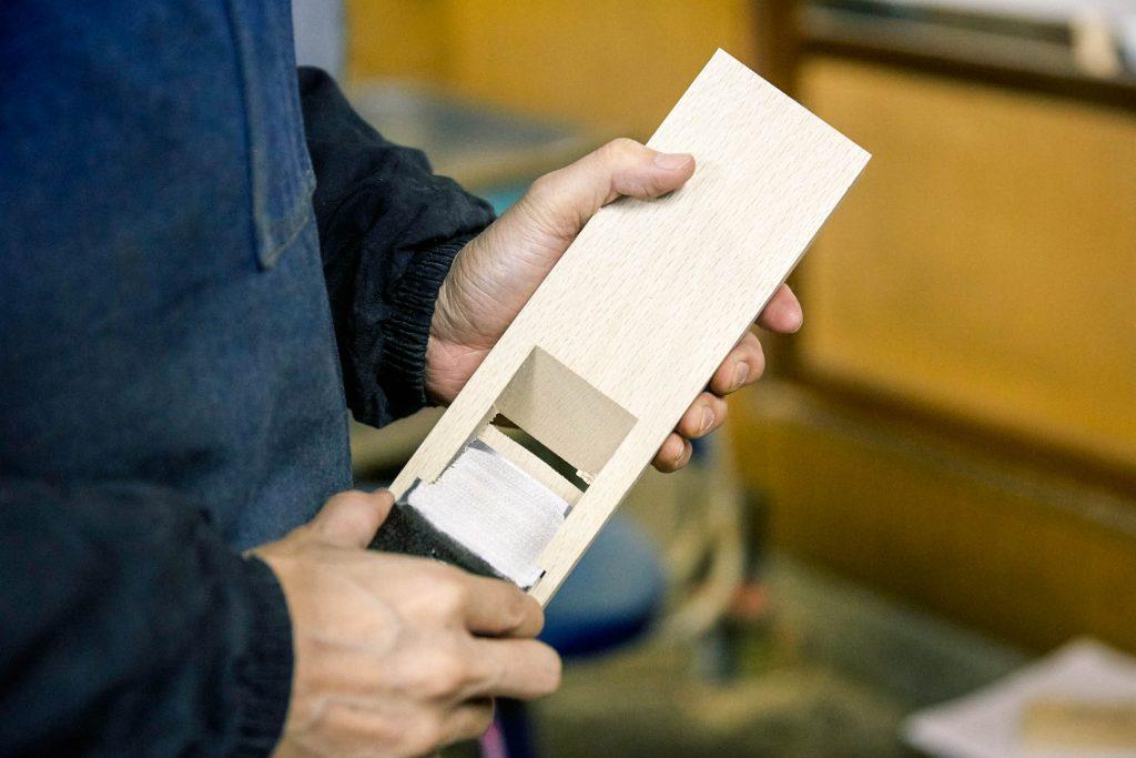 """大工道具の鉋と同じ仕組みでできている""""台""""の部分"""