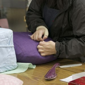絎け(ワタ入れ口の隠し縫い)が和裁経験者でも簡単では無く、、ここは体験はしますが、職人さんにお任せです。