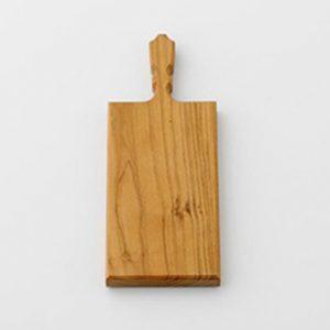 山桜のカッティングボード。堅くて頑丈なのでブレッドナイフなどのギザギザした刃にも対応しています。