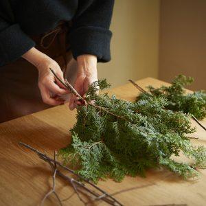 ヒノキの葉をメインに使います。