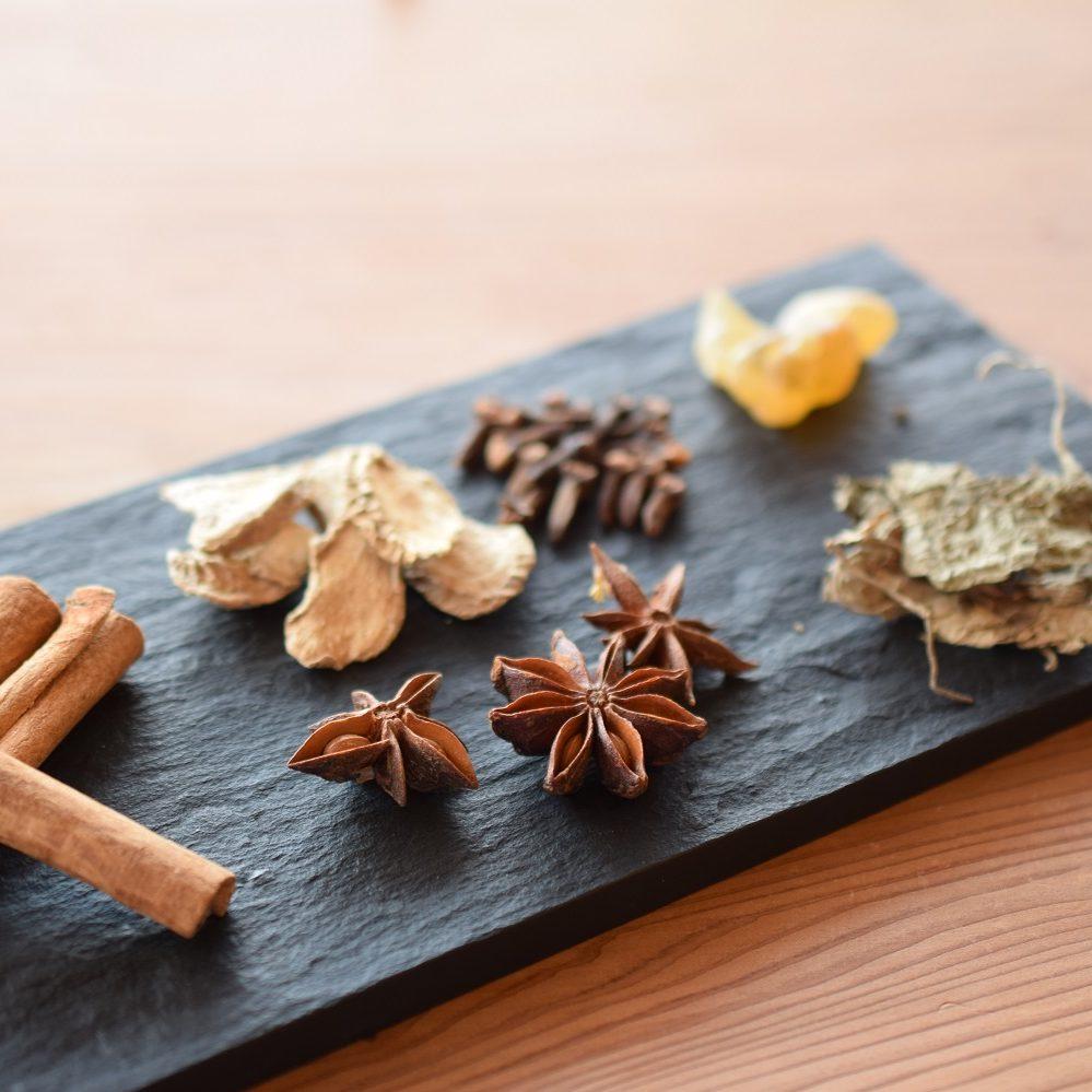 ワークショップでは、9つの天然香料を使って香りを調合していきます。