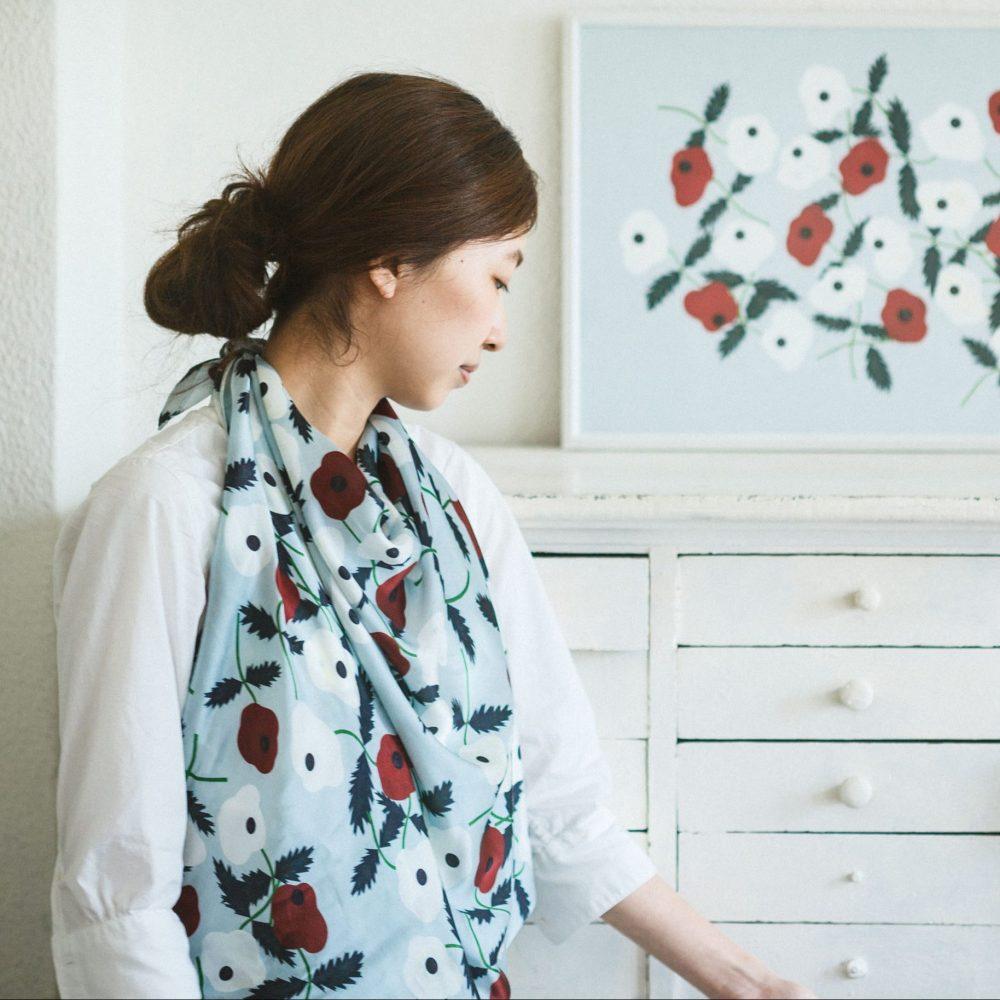 """なにより、この""""おざぶとん""""を素敵たらしめているのは、テキスタイルデザイナー・Chihiro Yasuharaによる、愛らしい花々が描かれたテキスタイルデザイン。まるで物語を紡ぐように、植物や動物を豊かな色彩で描く安原ちひろさんのファブリックで座布団が作れるのはここ、てならい堂だけです。"""