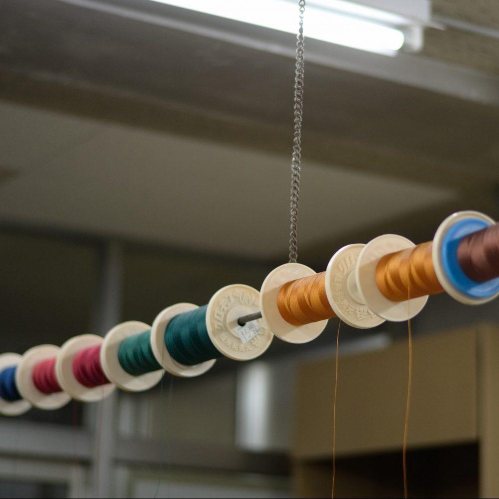 三方綴じで使用する絹糸。座布団の色柄とこの糸の組み合わせによっても表情の異なる座布団ができます。この色合わせを考えるのも楽しみのひとつ。