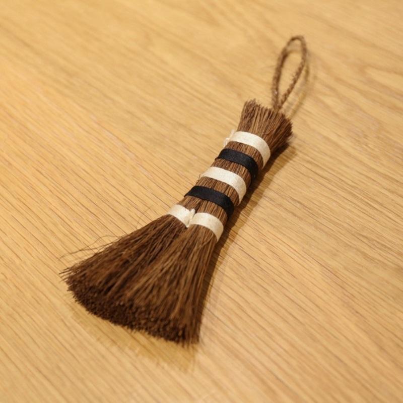 こちらがミニ帚。テーブルやデスクの上をササっと掃くのに便利です