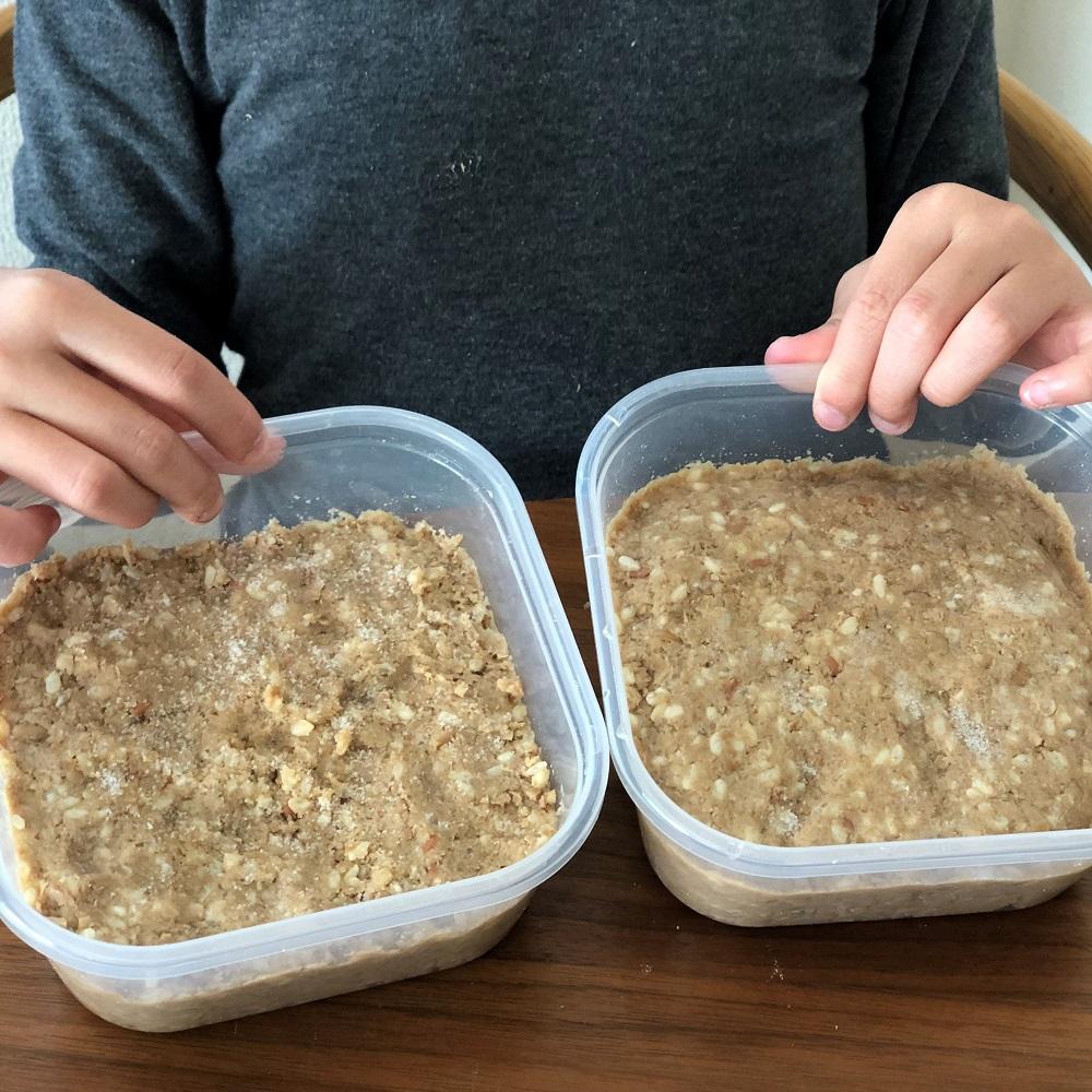 糀の量が異なる2種類の手前味噌を仕込みます。こちらは仕込んだ直後。ここからどんな風に発酵していくのかな。