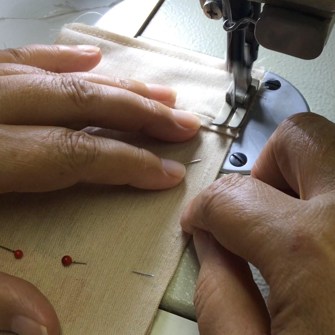 国産間伐材のヒノキや杉の和紙から作られた木糸で織られた布地。それを縫い子さんの手でひとつひとつ丁寧に縫い上げ作られているのが、このアイピローです。