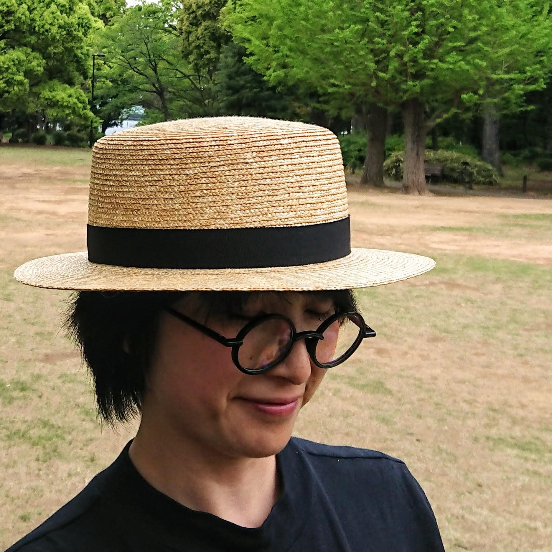 女性のカンカン帽って、ノスタルジックな雰囲気があって素敵。こちらのカンカン帽は高さもあるのでかぶりやすいんです。