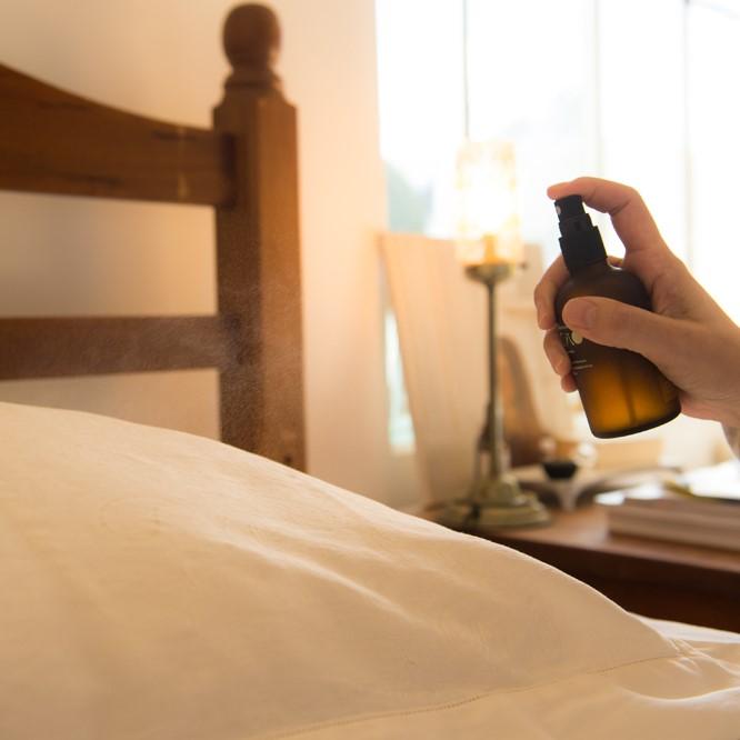 ナイトウォーターは空間や寝具にシュッと吹きかけて。優しい森の香りに包まれます。