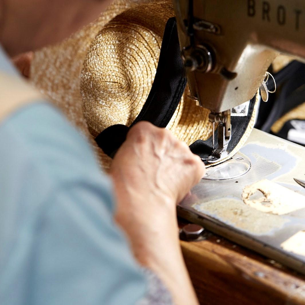内側の縫い合わせ作業。直接長時間肌に触れる部分だからこそ、最大限の注意で作業が行われています。こちらの工程は職人さんにお任せします。